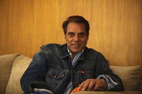 ...जब राज कपूर ने पूछा कितना बड़ा है तुम्हारा बंगला, धर्मेंद्र ने कहा 50 खाट तो बिछ ही जाएगी!