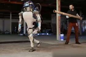 देखें: नुकीले पत्थरों पर इंसानों की तरह चलता है गूगल का ये रोबोट