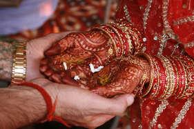 नोटबंदी का असर, बारातियों को चाय पिलाकर इस जोड़े ने रचाई शादी