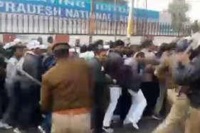 लखनऊ में पुलिस ने टीचरों को दौड़ा-दौड़ाकर पीटा, एक की मौत, सरकार देगी मुआवजा