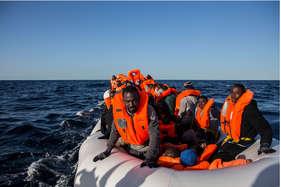 शरणार्थियों से भरी नाव डूबी, 180 से ज्यादा लोगों की मौत की आशंका
