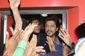 'रईस' के प्रमोशन के लिए ट्रेन में सवार हुए शाहरुख