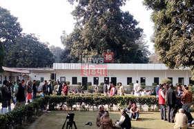 'रणक्षेत्र' छोड़ दिल्ली में डंटे टिकट के दावेदार, बीजेपी-कांग्रेस मुख्यालय पर टिकटार्थियों का जमावड़ा