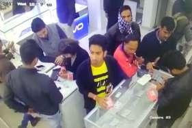 मोबाइल शोरूम से युवक ने चुराया आईफोन-7, सीसीटीवी में हुआ कैद