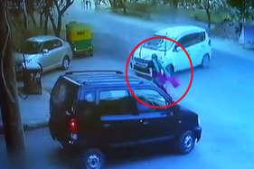 नाबालिग ने दूसरी कार को टक्कर मारी, कार के नीच फंसने से महिला घायल