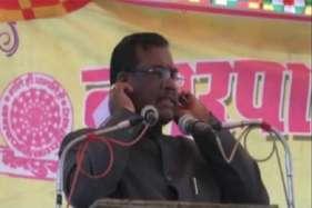 नरेंद्र मोदी सरकार के मंत्री ने कान पकड़कर मांगी माफी, देखे वीडियो
