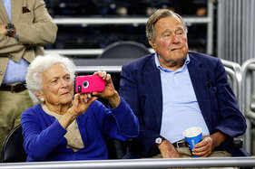 पूर्व अमेरिकी राष्ट्रपति जॉर्ज एच. डब्ल्यू बुश और उनकी पत्नी अस्पताल में भर्ती