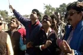 जींस, जैकेट और गॉगल्स पहन भाजपा महासचिव ने लड़ाए पेंच, देखें-वीडियो