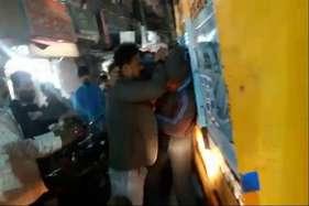 पुलिसकर्मी को जमीन पर पटक-पटककर पीटा, पत्नी लगाती रही मदद की गुहार, देखें-वीडियो