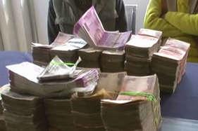 चुनाव से पहले यूपी में नोटों की बरामदगी जारी, 4 लाख76हजार करेंसी के साथ तीन गिरफ्तार