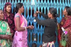 पंचायत भवन पर दो-दो ताला, एमपी के खिलाफ ग्रामीणों का उलगुलान