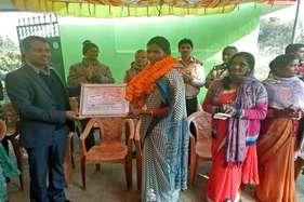 न मजदूर रखा, न राजमिस्त्री, खूंटी की दो बहनों ने स्कॉलरशिप के पैसे से खुद बना लिया शौचालय