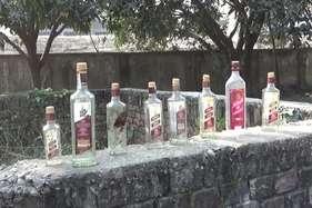 शराबबंदी को सफल बनाने के लिए आयोजित कार्यक्रम स्थल के पास मिलीं शराब की खाली बोतलें