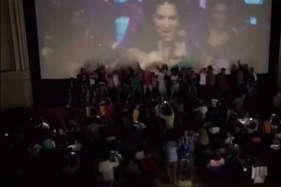 'रईस' की 'लैला' देख थियेटर में बेकाबू हुए दर्शक, पर्दे के सामने ही करने लगे डांस