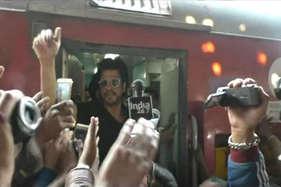 शाहरुख की एक झलक के लिए मथुरा में जुटी हजारों की भीड़