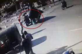 बाइक सवार पति-पत्नी पर यात्रियों से भरा ऑटो पलटा, सीसीटीवी में कैद