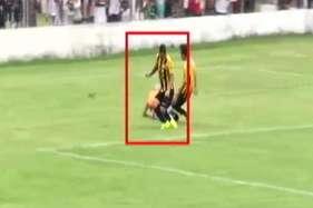 फुटबॉल के मैदान पर 'जंग', खिलाड़ी को दौड़ा दौड़ाकर पीटा