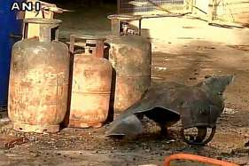 दिल्ली: आग बुझाने के दौरान फटा सिलेंडर, 1 दमकलकर्मी की मौत, 4 घायल