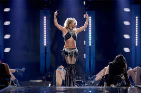ब्रिटनी स्पीयर्स जैसा दिखने की चाह में युवक ने कराई 90 बार प्लास्टिक सर्जरी
