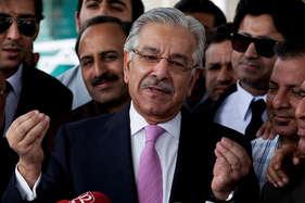 हाफिज सईद को खतरा बताकर अपने ही देश के नेताओं के निशाने पर आए पाक रक्षा मंत्री
