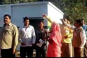 #UPVotes: आजादी के बाद पहली बार यहां बना पोलिंग बूथ, वोटरों पर हुई पुष्प वर्षा
