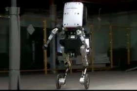 देखें: पहियों से चलने वाला डांसिंग रोबॉट