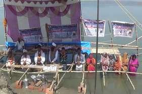 बिहार के इस जिले में पिछले छह दिनों से जल समाधि पर हैं लोग