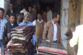 गरीबों के छूट रहे पसीने, सरकार कंबल ओढ़ाने को उतावली