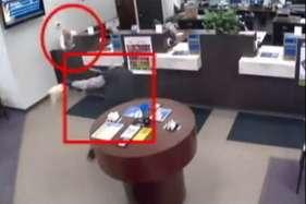 बैंक में गार्ड ने लुटेरे को किया ढेर, सीसीटीवी में कैद शूटआउट