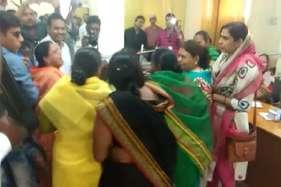 भाजपा पार्षदों ने निर्दलीय महिला पार्षद को पीटा, देखें वीडियो
