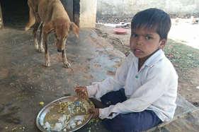भाजपा विधायक का 'आदर्श गांव', जहां बच्चों के साथ कुत्ते खाते हैं मिड-डे मील