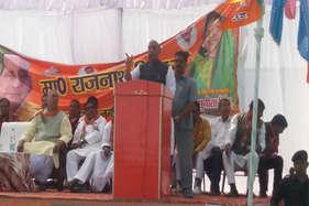 कैंडिडेट को मंच पर न देख जब राजनाथ भोजपुरी में बोलने लगे….
