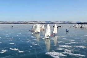 रूस की जमी हुई झील पर नाव की अनोखी रेस