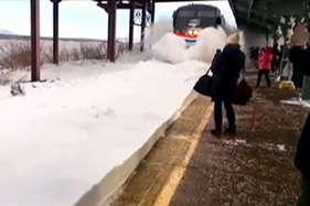 देखें : जब बर्फ से ढंके स्टेशन से गुजरी ट्रेन