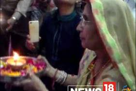 मंदिर में जब आम लोगों की तरह पूजा करने पहुंची पीएम मोदी की पत्नी जशोदाबेन