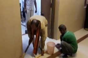 मंत्री जी ने लगाई ऑफिस में झाड़ू, देखें वीडियो