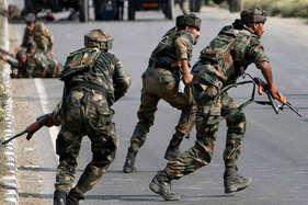 कश्मीर में पीडीपी मंत्री के घर पर आतंकी हमला, 2 सुरक्षाकर्मी घायल