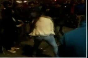 जब पुलिस के डंडों से लड़कियों ने की मनचलों की धुनाई