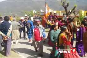 त्रिवेन्द्र सिंह रावत का गांव खैरासैण झूमा, परिजनों के घर बधाइयों का तांता