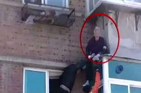 पहली मंजिल पर अटकी 88 साल की महिला, लोगों ने बचाया