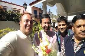 सीएम कौन? पंत देहरादून में खिंचा रहे सेल्फीतो रावत दिल्ली में लगा रहे जोर