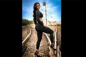 रेलवे ट्रैक पर फोटोशूट के दौरान मॉडल के ऊपर से गुजरी ट्रेन