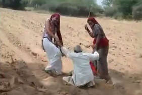 बेरहम बहू-बेटी ने बुजुर्ग पर बरपाया कहर, तपती रेत पर घसीटते का वीडियो वायरल