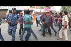 युवक को पेट्रोल डाल कर जिंदा फूंका, विरोध में उतरे लोग तो पुलिस ने चटकायी लाठियां