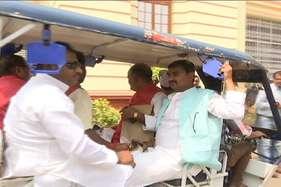 पीएम के 'मन की बात' सुन ई-रिक्शा से विधानसभा पहुंचे बीजेपी के एमएलसी