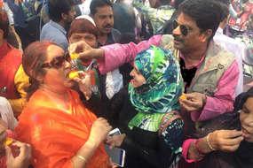यूपी में चला मोदी रंग, जीत की खुशी मनाते मुस्लिम समर्थक