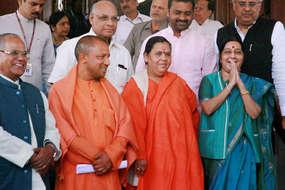 बीजेपी की भगवाधारी सीएम उमा भारती एमपी में हो चुकी हैं फेल, क्या यूपी में योगी सफल होंगे?