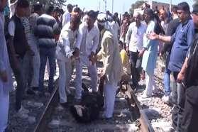 हांसी में जाटों ने किया रेलवे ट्रैक जाम, फाटकों को तोड़ा