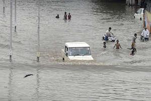 बाढ़ से बदहाल गुजरात, छत तक पहुंचा पानी, गलियों में चली नाव