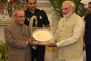 PHOTO: विदाई पार्टी में कुछ यूं मिले राष्ट्रपति प्रणब मुखर्जी और पीएम नरेंद्र मोदी
